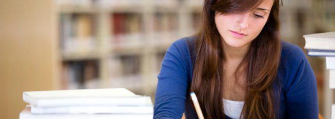 סטודנטית כותבת במחברת