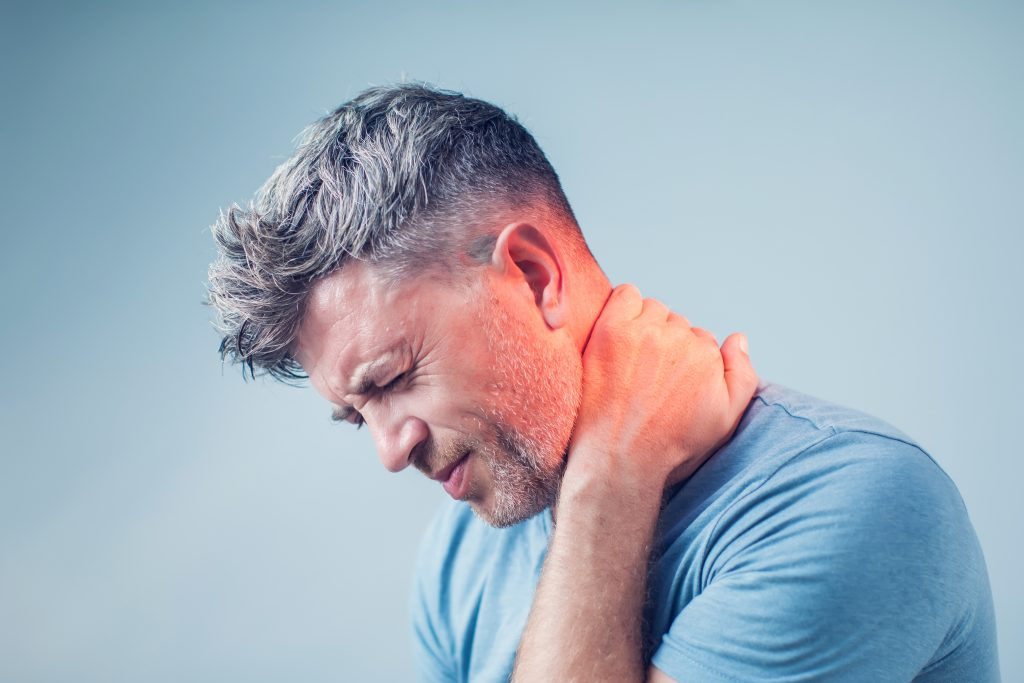 אדם שאוחז את הצוואר בכאב