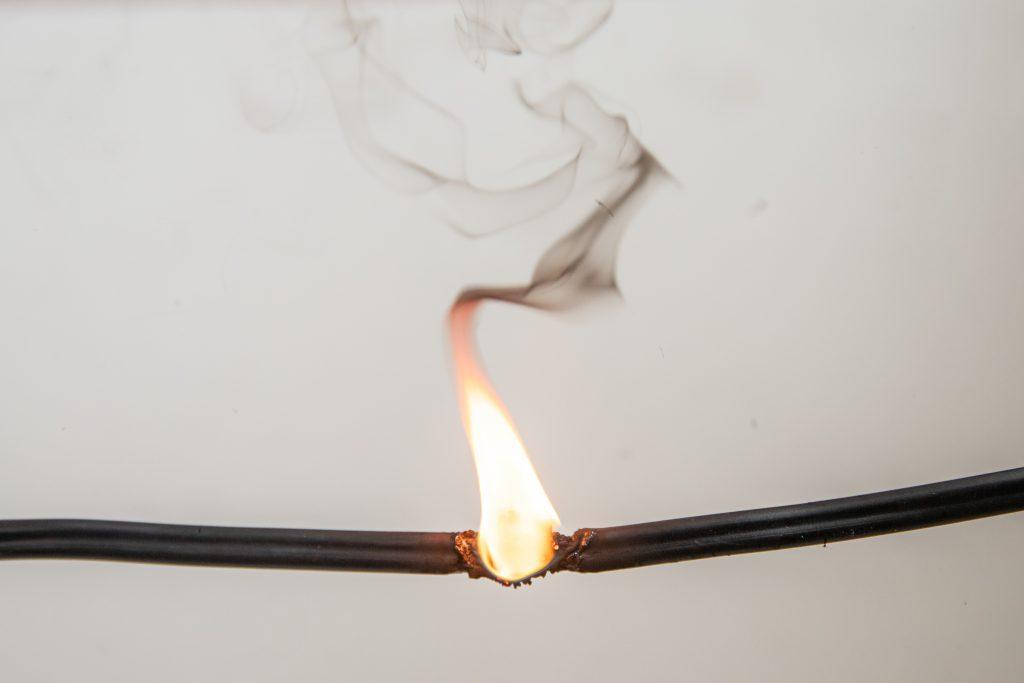 שריפה מגורם אלקטרוני