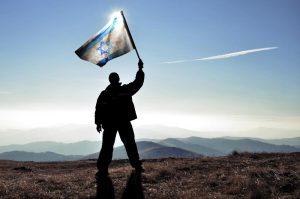 איש מניף דגל ישראל