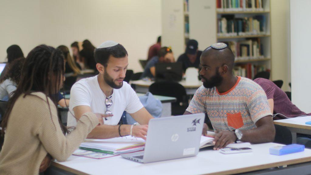 סטודנטים בספריה