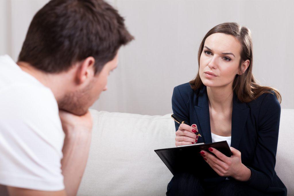 פסיכולוג מדבר עם מטופל